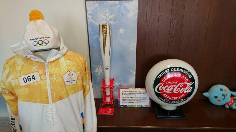 2018年2月に開催された平昌冬季オリンピックの聖火リレーで実際に使用されたトーチと聖火ランナー公式ユニフォーム。