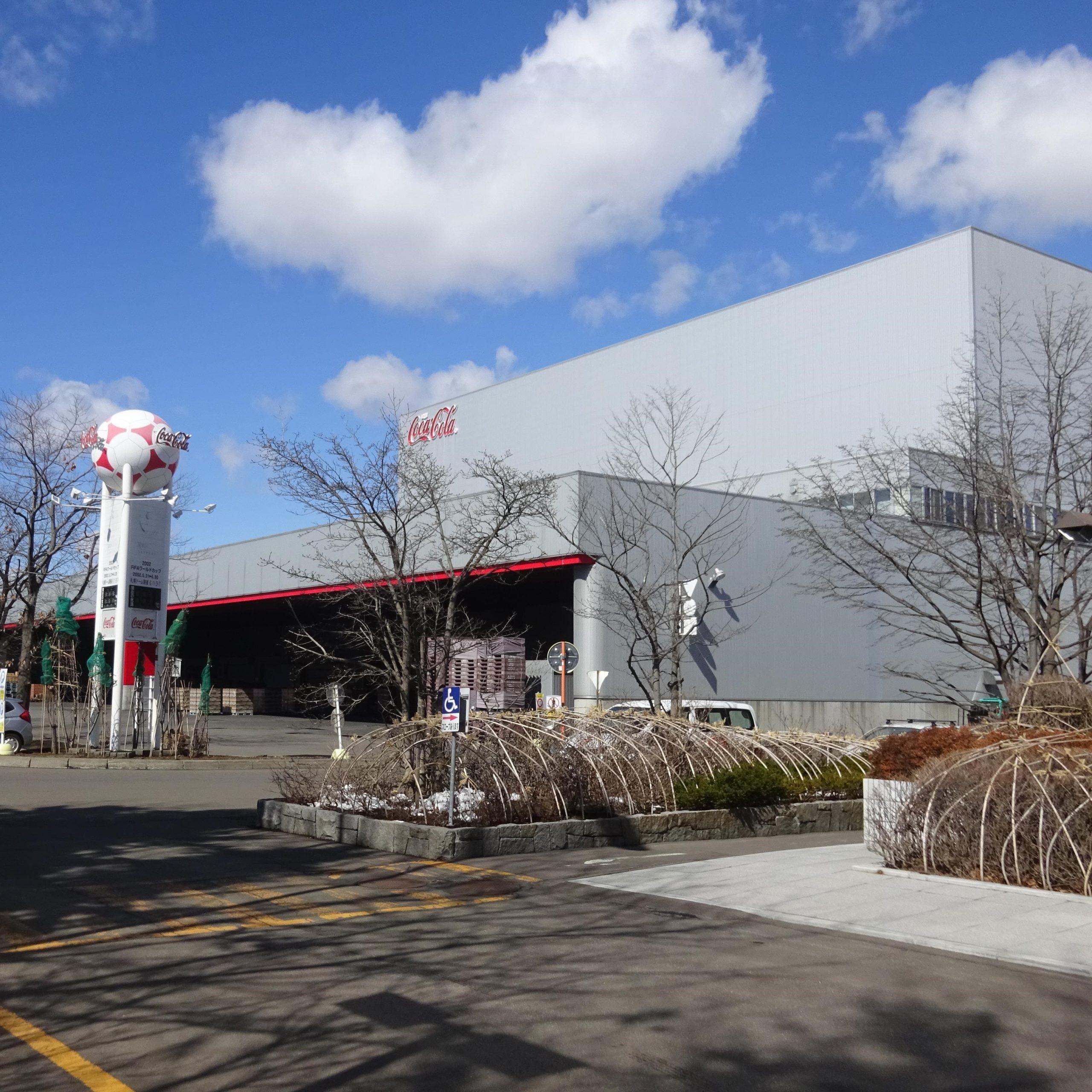北海道コカコーラボトリング札幌工場で製造ライン・立体自動倉庫の工場見学