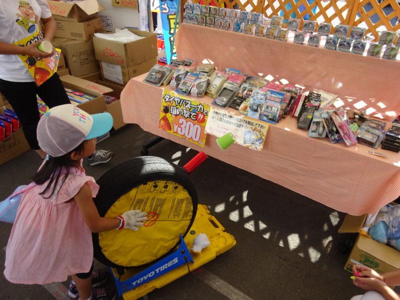タイヤバズーカで紙コップを飛ばして景品を狙う有料ゲーム