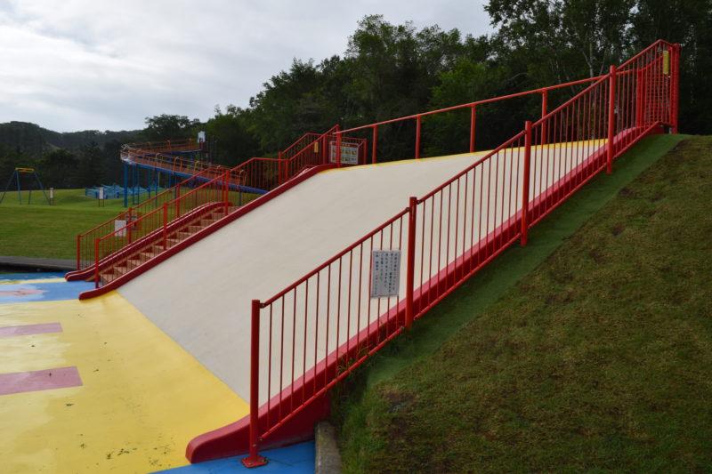 水遊び場にある大型の滑り台