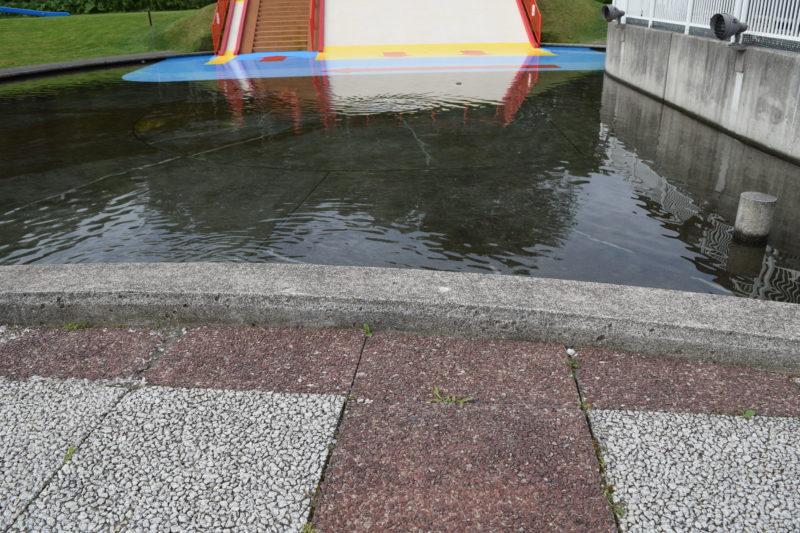 徒歩池には少しの段差があるだけなので特に小さい子供の場合は落下しないように注意