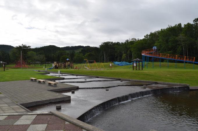 水遊び場と遊具広場は隣接