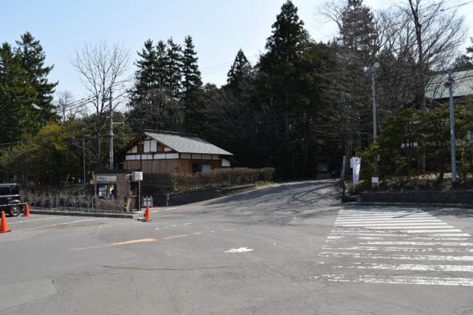 北海道神宮北側駐車場からの六花亭神宮茶屋店