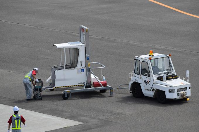 車いす利用者向けのアクセスリフト「DPL99A」とトーイングトラクター(TT車)