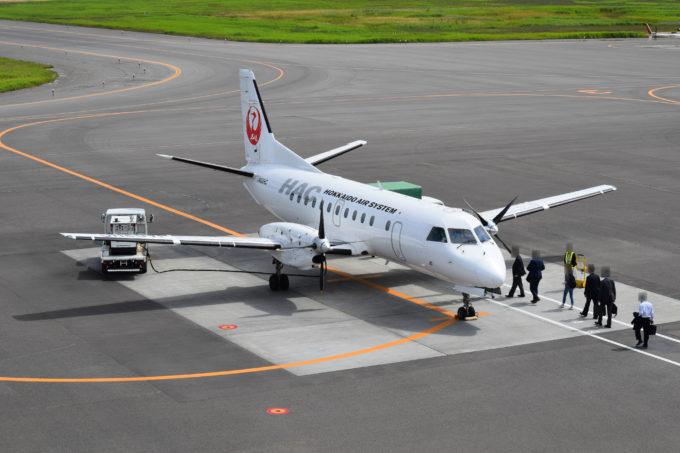 丘珠空港は駐機場のある機体まで徒歩による移動なので、送迎デッキからの見送りも声が届く近さ