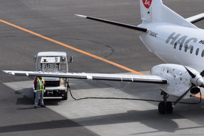 給電中の空港電源車とJAL機(HAC)