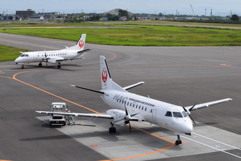 丘珠空港へ到着したJAL機「JA01HC」と出発するJAL機「JA02HC」