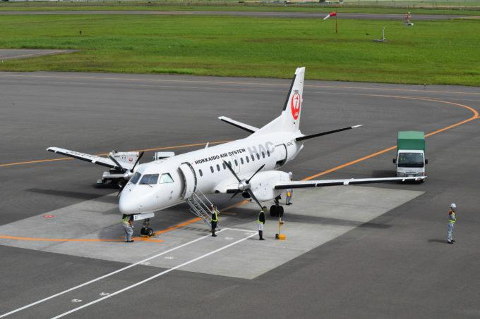 出発便を見送るJALグランドサービス札幌のスタッフ