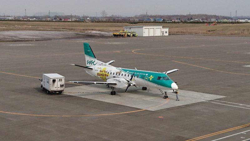 HACのHAPPY AIR CONNECTION機「JA01HC」。機体正面向かって左側面は「GO!GO!KUSHIRO」。