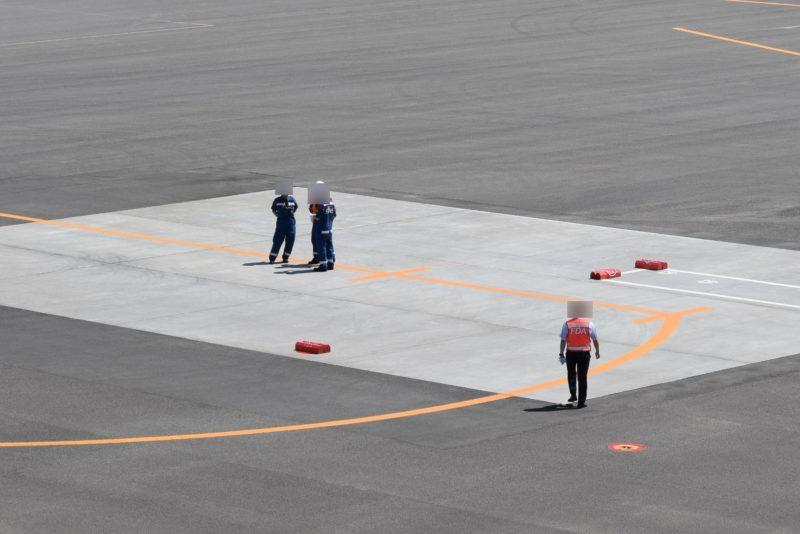 FDA到着便の準備をする空港業務を行うエスエーエス(SAS)のスタッフとFDAのスタッフ