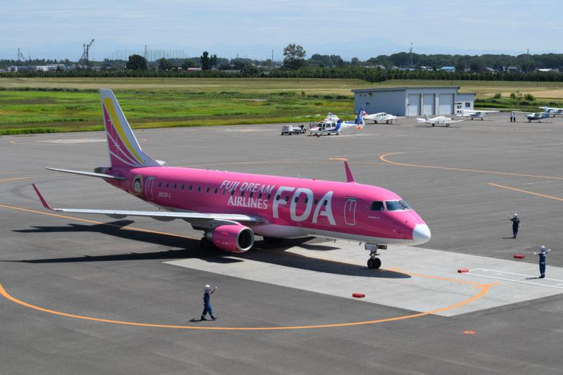 駐機場へ誘導されるFDA機