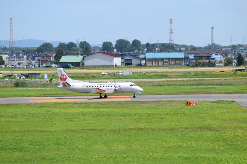 丘珠空港へ到着し滑走路を走行するJAL機「JA03HC」