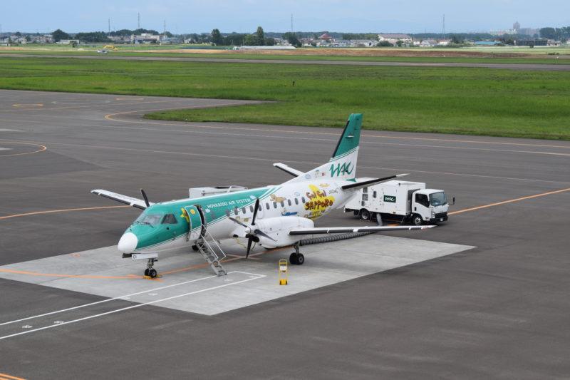 HACのHAPPY AIR CONNECTION機「JA01HC」。機体正面向かって右側面は「GO!GO!SAPPORO」