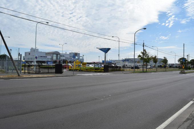 丘珠空港通沿い(北海道道1137号丘珠空港東線・北海道道431号丘珠空港線)にあります。北37東21・丘珠町交差点付近