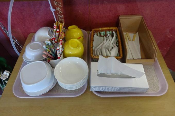 子供用の取り皿や箸、スプーン、フォーク
