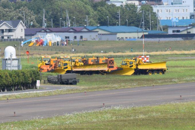 丘珠空港の除雪作業をする除雪車