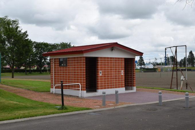 グラウンド・テニスコート付近にある男女別トイレ