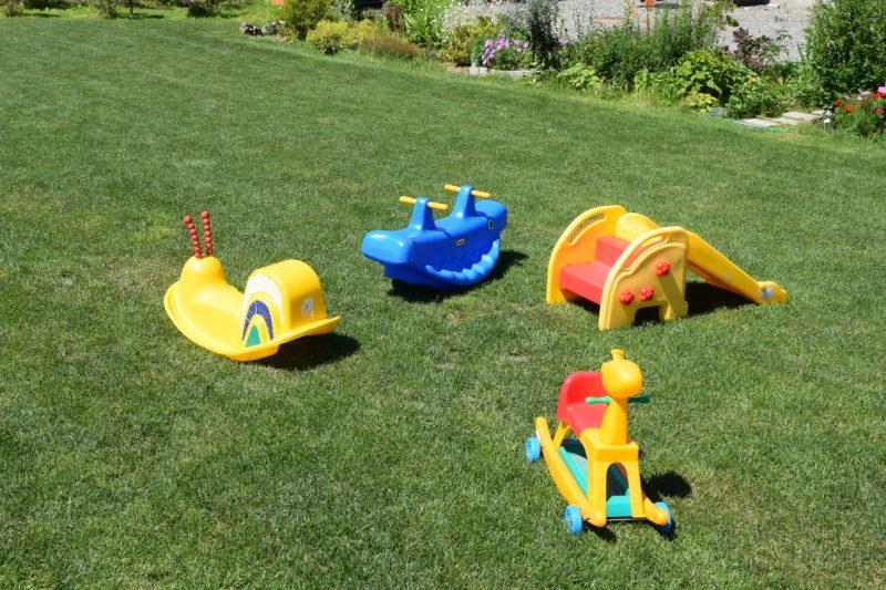 小さい子供が遊べるロッキングチェアや滑り台
