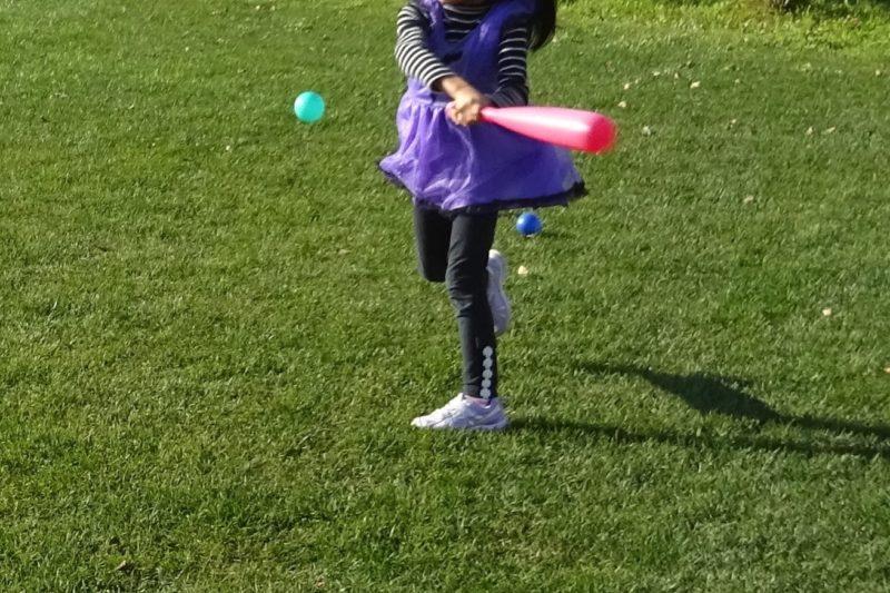 子供と一緒に野球遊び