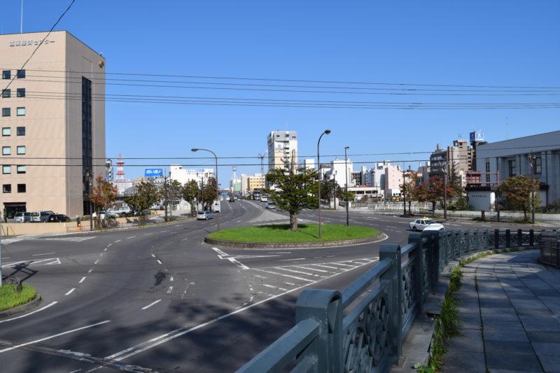出世坂下からの幣舞橋や幣舞ロータリー、釧路川、北大通、釧路駅方面
