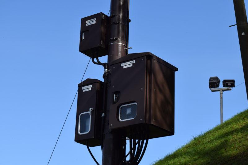 上から幣舞橋CCTV屋外用無停電電源装置、幣舞橋CCTVカメラ機側盤、幣舞橋ウォッシャーユニット盤。