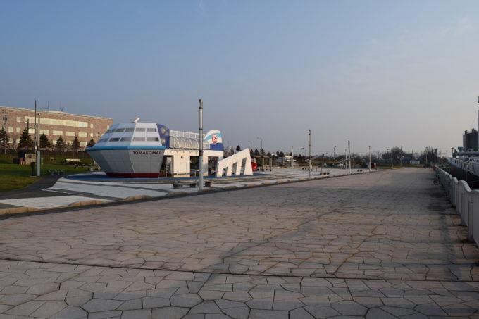 朝日を浴びるキラキラ公園の遊具