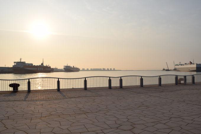 キラキラ公園という名にふさわしい朝日を浴びる海面