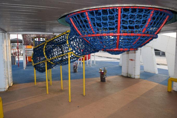 船舶のデッキへと通ずる網トンネル