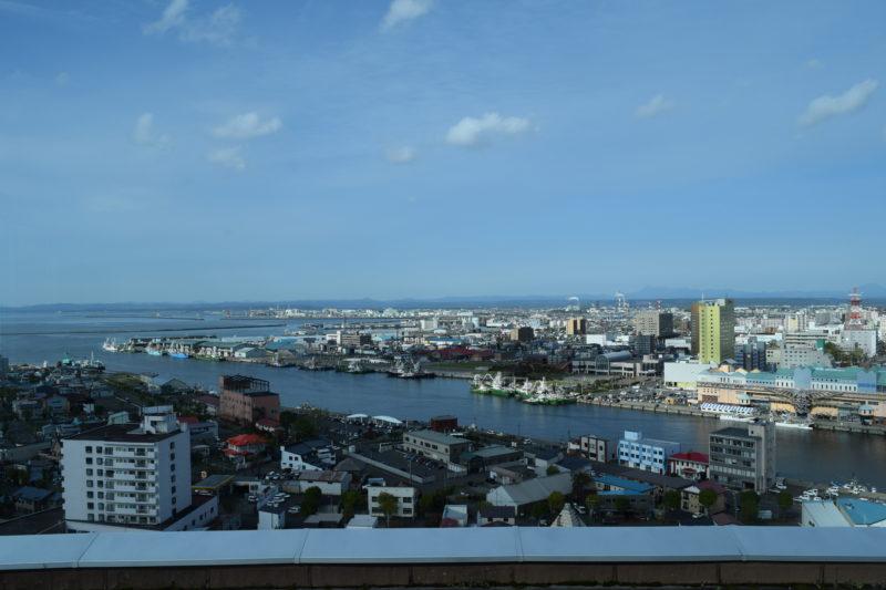 釧路川。釧路港や西港、王子製紙、奥が白糠町方面。