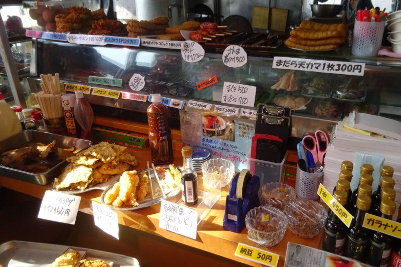 マルトマ食堂の海鮮類刺し身。他にも、揚げ物、焼き魚、揚げ物、天ぷらなどの単品料理