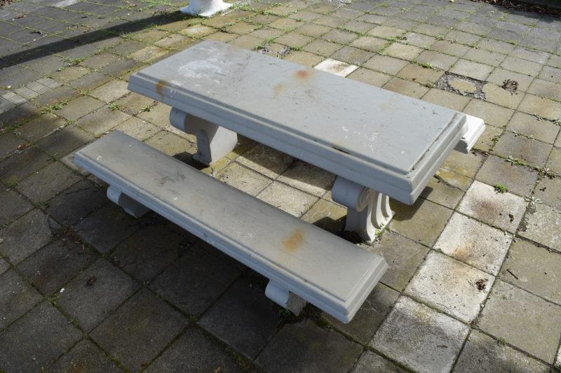 パーゴラ下にはテーブル席とベンチ
