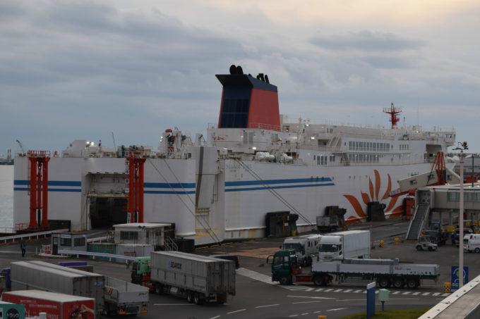 苫小牧西港フェリーターミナルに接岸する商船三井フェリー「さんふらわあさっぽろ」