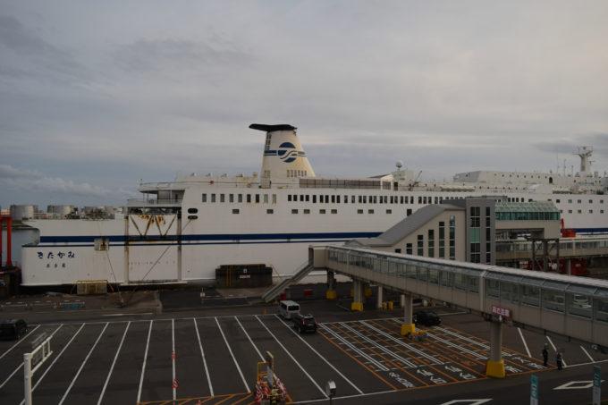 苫小牧西港フェリーターミナルに接岸する太平洋フェリー「きたたみ」