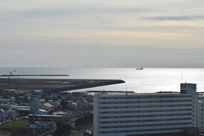 西防波堤の奥には太平洋が広がります