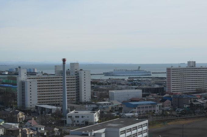 苫小牧西港フェリーターミナルへ向かう太平洋フェリーの船舶きたかみ
