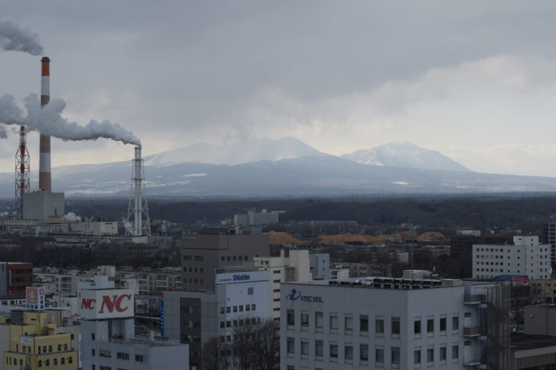 雪景色された樽前山と風不死岳