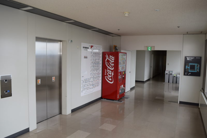 苫小牧市役所展望回廊のエレベーターホール付近