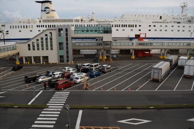 苫小牧西港フェリーターミナル各航路別の乗船車両待機スペース