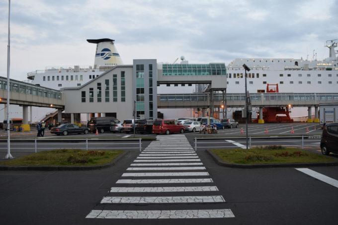 ターミナルビル1F出入口出てすぐにある乗船車両駐車場への歩行通路