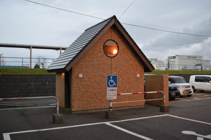 同乗者乗り場付近にある男女別トイレ