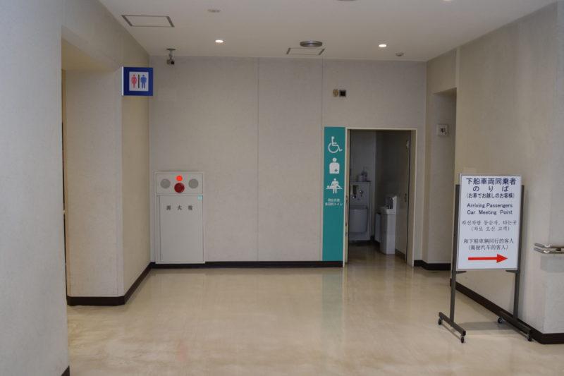 第3乗船口付近にある男女別トイレと男女共用多目的トイレ