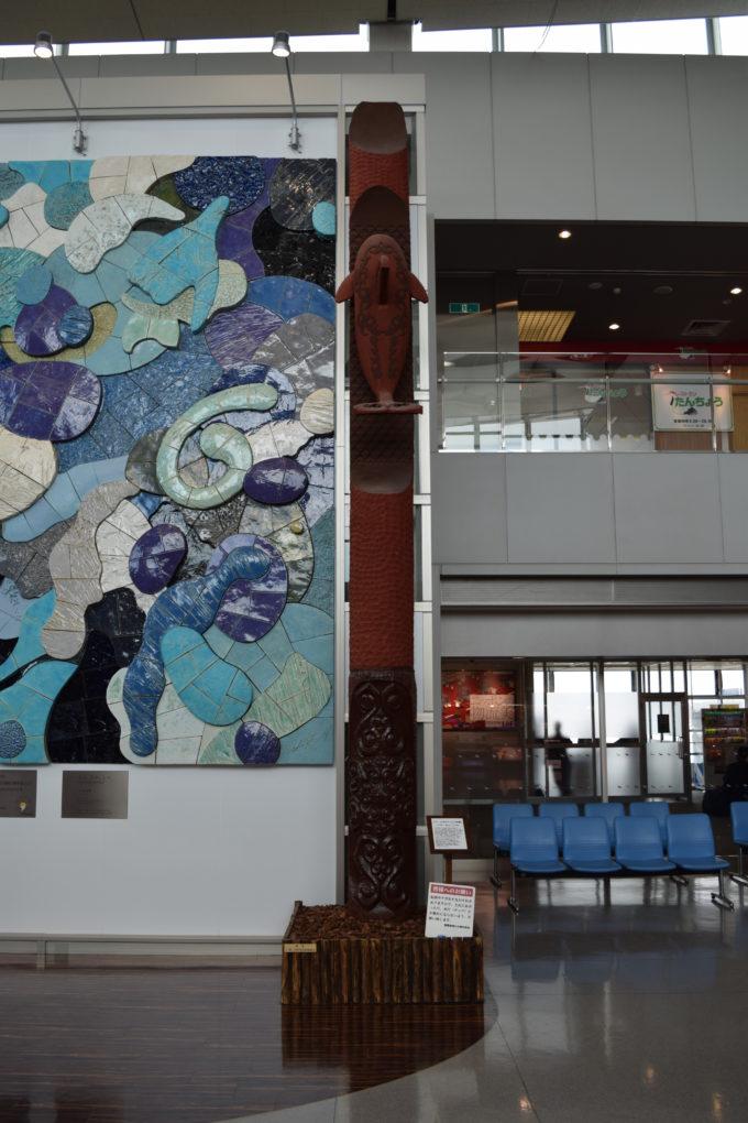 右側の柱「レプン カムイ・シャチ」
