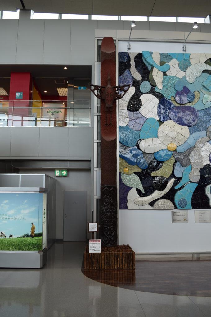 左側の柱「サロルン カムイ・鶴」