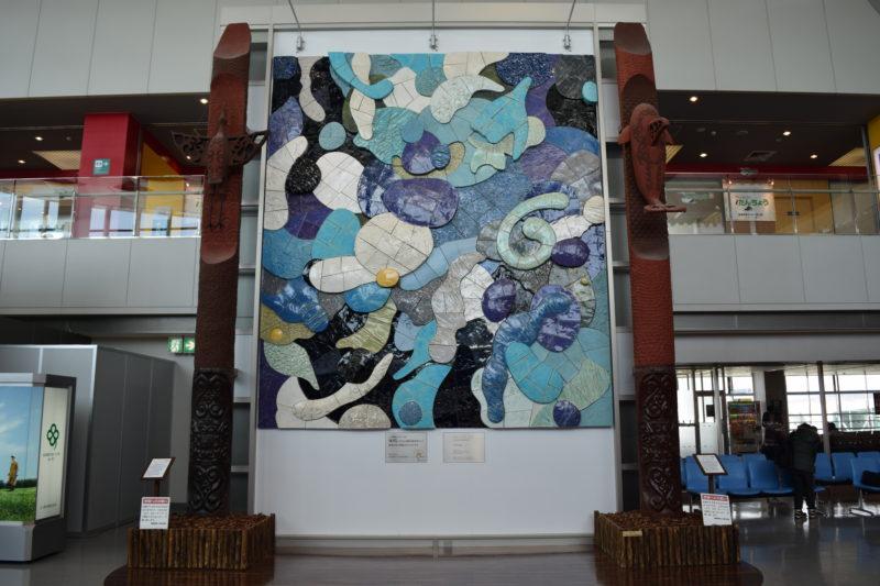釧路空港トゥイクシペ(二つの柱)と陶板レリーフ「シュ、シャ、シッ」