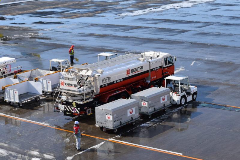 空港の働く車や働く人を見れるのも送迎デッキの魅力のひとつ