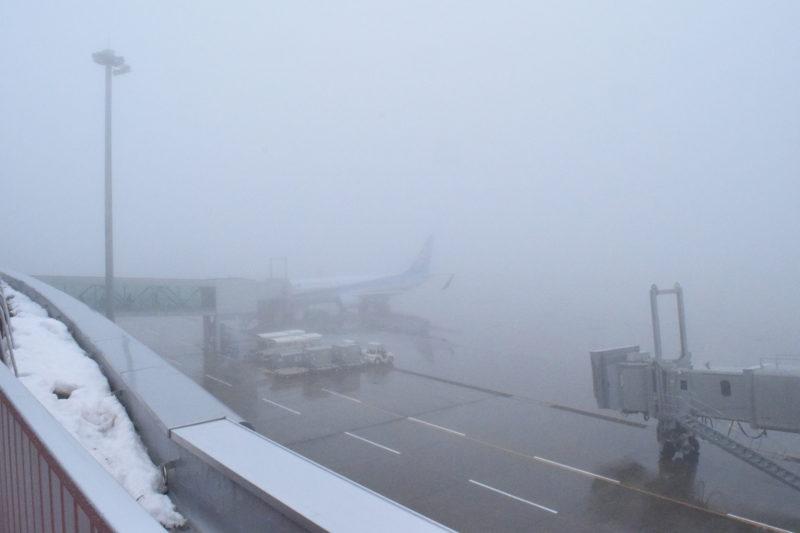 冬の釧路空港。霧が立ち込めています。
