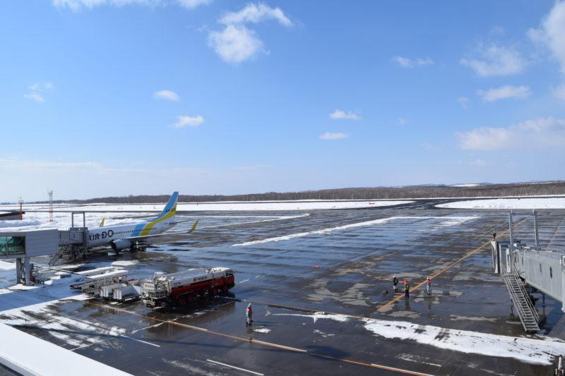 釧路空港送迎デッキからの駐機場と滑走路