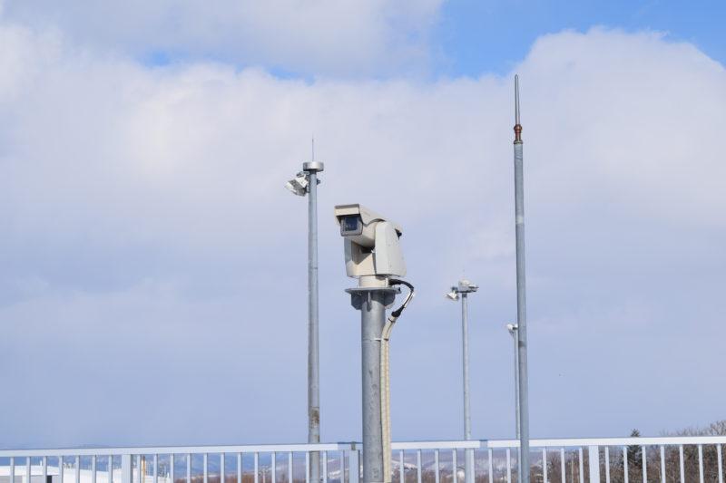 釧路空港送迎デッキにある日立製の監視カメラ