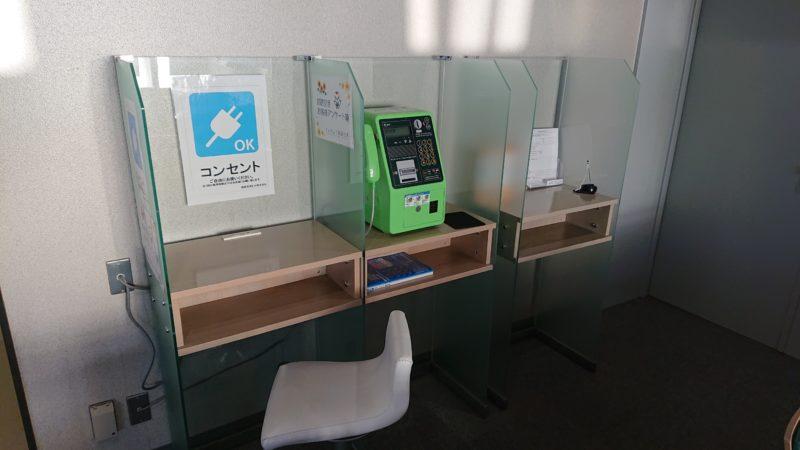 釧路空港搭乗待合室の搭乗口C付近の電源コンセント席