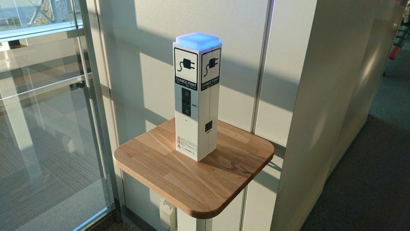 搭乗待合室の電源コンセント付きUSB充電ポート